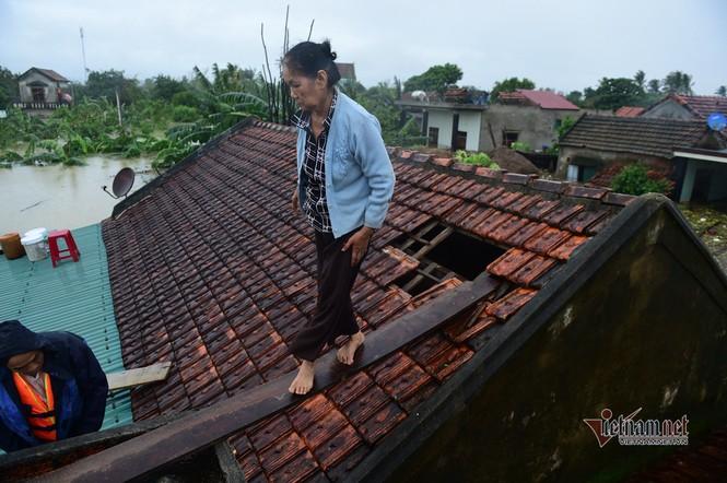 Lũ lớn lịch sử ở Quảng Bình, người dân leo nóc nhà chờ ứng cứu - ảnh 3