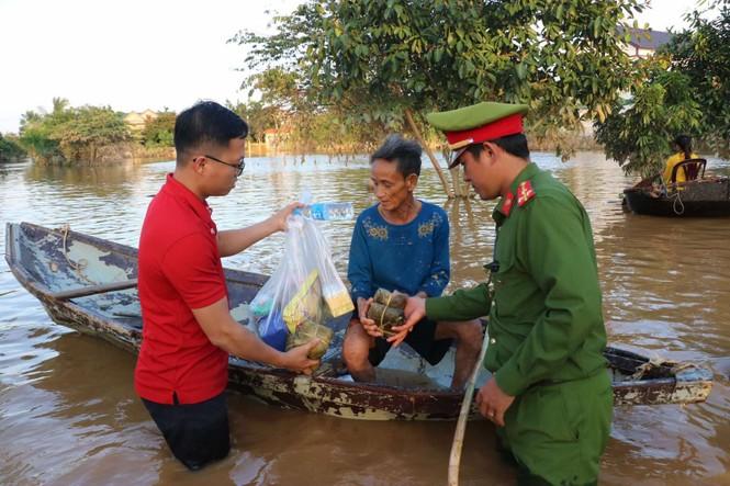 Vietlott cùng Trung đoàn Cảnh sát cơ động Bắc Trung Bộ cứu trợ tại Hà Tĩnh, Quảng Bình - ảnh 2