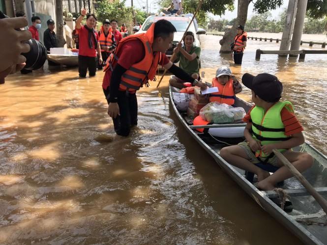 Vietlott cùng Trung đoàn Cảnh sát cơ động Bắc Trung Bộ cứu trợ tại Hà Tĩnh, Quảng Bình - ảnh 3