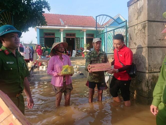 Vietlott cùng Trung đoàn Cảnh sát cơ động Bắc Trung Bộ cứu trợ tại Hà Tĩnh, Quảng Bình - ảnh 4