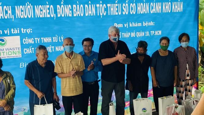 Tặng quà, khám bệnh cho hơn 300 hộ dân ở huyện Bình Chánh - ảnh 1