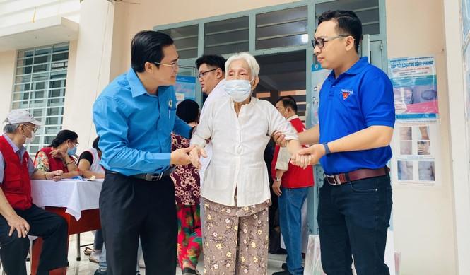 Tặng quà, khám bệnh cho hơn 300 hộ dân ở huyện Bình Chánh - ảnh 2