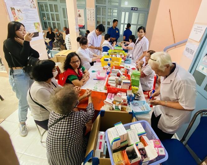 Tặng quà, khám bệnh cho hơn 300 hộ dân ở huyện Bình Chánh - ảnh 3