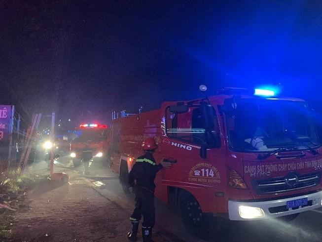 Ba mẹ con thoát chết khi quán cà phê, vựa phế liệu bốc hỏa lúc rạng sáng - ảnh 2