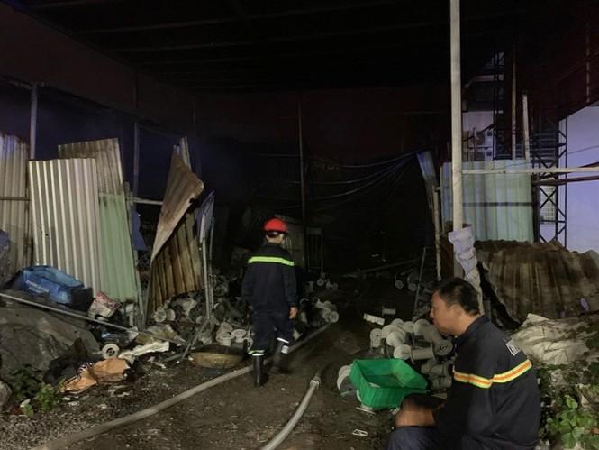 Ba mẹ con thoát chết khi quán cà phê, vựa phế liệu bốc hỏa lúc rạng sáng - ảnh 3