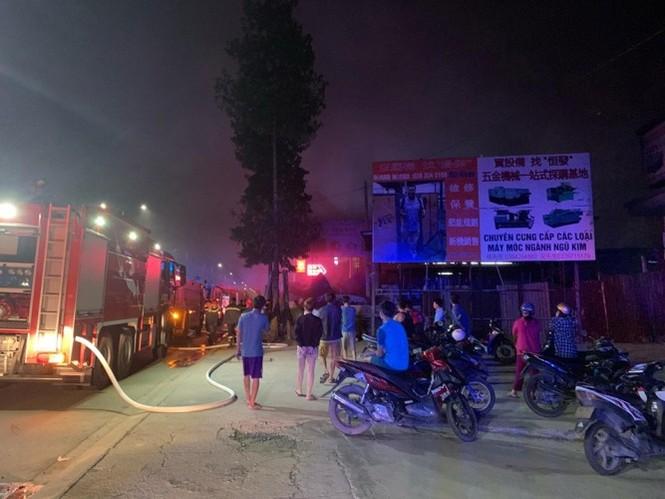 Ba mẹ con thoát chết khi quán cà phê, vựa phế liệu bốc hỏa lúc rạng sáng - ảnh 1