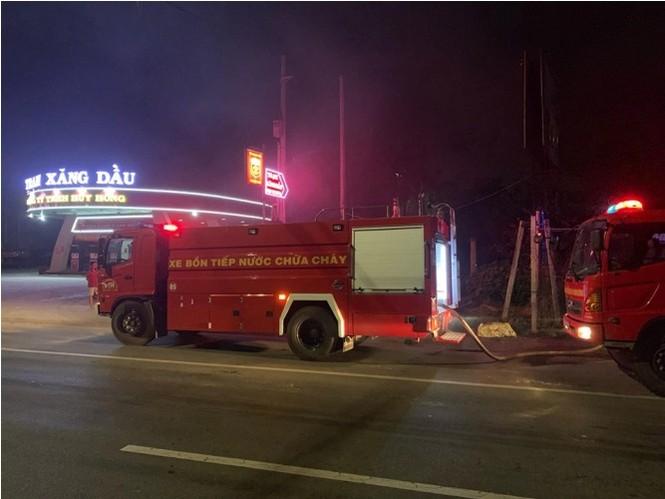 Ba mẹ con thoát chết khi quán cà phê, vựa phế liệu bốc hỏa lúc rạng sáng - ảnh 4