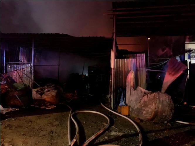 Ba mẹ con thoát chết khi quán cà phê, vựa phế liệu bốc hỏa lúc rạng sáng - ảnh 5
