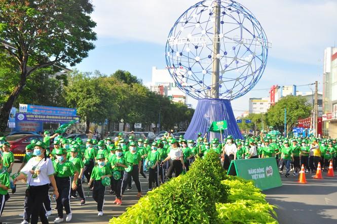 """Gần 3.000 người tham gia đi bộ """"cho một trái tim khỏe"""" - ảnh 7"""