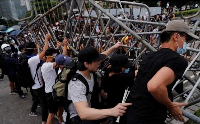 Người biểu tình Hong Kong vây kín các văn phòng chính phủ trong náo loạn - ảnh 1