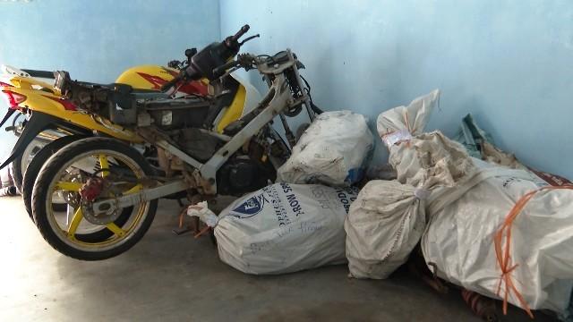 Triệt phá đường dây buôn lậu máy móc, linh kiện mô tô từ Lào về Huế - ảnh 1