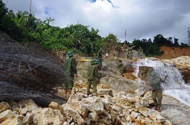Nhìn gần 'dòng sông mới' Rào Trăng vừa nắn chỉnh để tìm nạn nhân mất tích  - ảnh 10