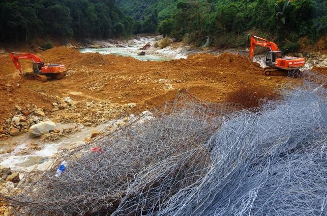 Nhìn gần 'dòng sông mới' Rào Trăng vừa nắn chỉnh để tìm nạn nhân mất tích  - ảnh 4