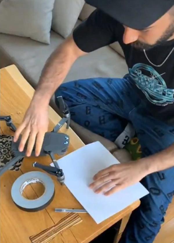 Tình yêu thời cách ly: Chuyện như phim về anh chàng tỏ tình với cô hàng xóm bằng drone và quả cầu nhựa khổng lồ! - ảnh 2