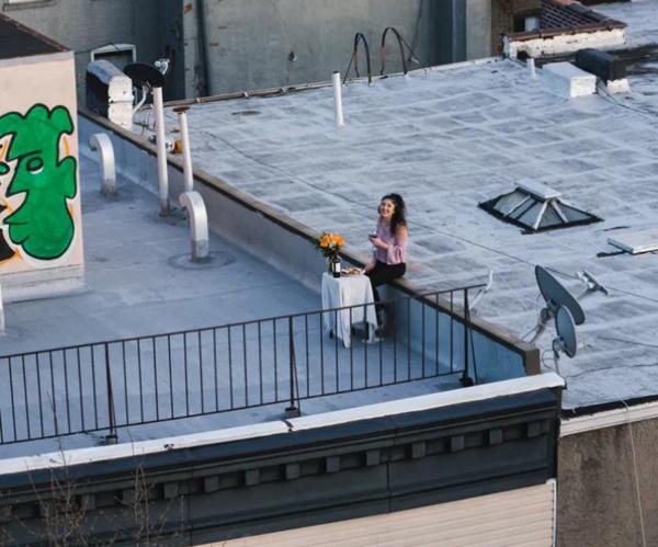 Tình yêu thời cách ly: Chuyện như phim về anh chàng tỏ tình với cô hàng xóm bằng drone và quả cầu nhựa khổng lồ! - ảnh 4