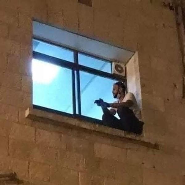 Nghẹn ngào hình ảnh con trai trèo lên cửa sổ phòng bệnh, tạm biệt mẹ lần cuối cùng - ảnh 1