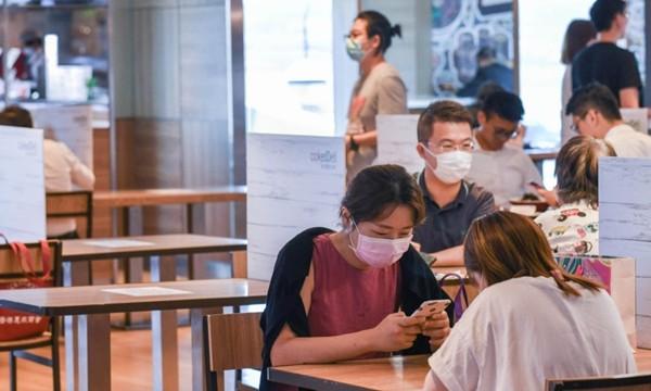 Hong Kong đang ở trong làn sóng COVID-19 thứ ba, từ mai cấm tập trung nhiều hơn 2 người - ảnh 2