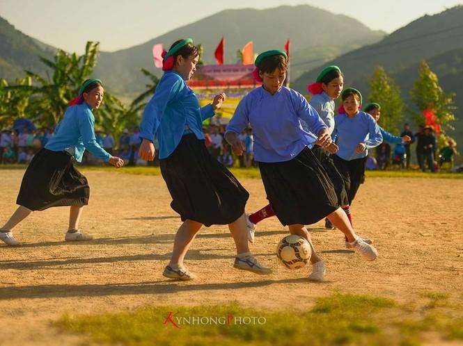 Những cô gái Sán Chỉ tham gia giải đá bóng nữ trong trang phục váy dân tộc  - ảnh 1