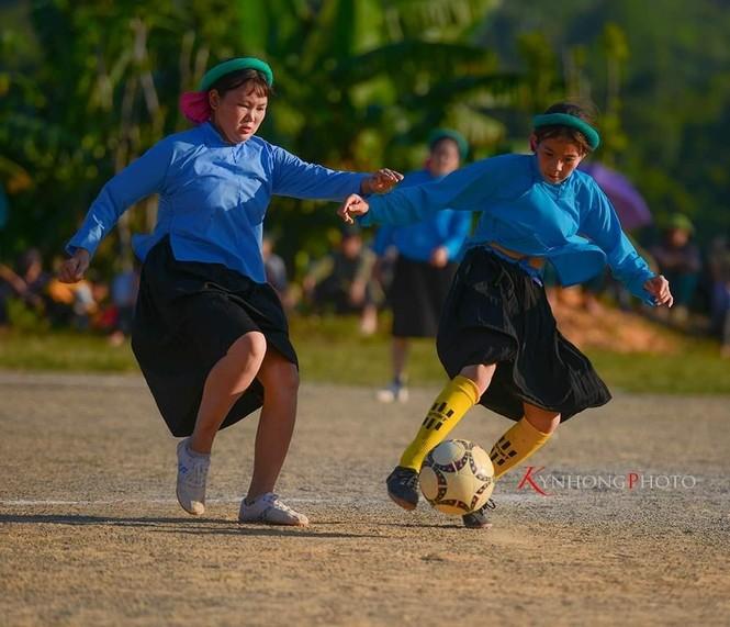 Những cô gái Sán Chỉ tham gia giải đá bóng nữ trong trang phục váy dân tộc  - ảnh 2
