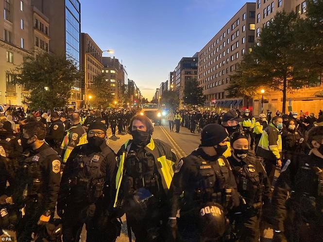 Người biểu tình bao vây Nhà Trắng phản đối ông Trump tái đắc cử - ảnh 1