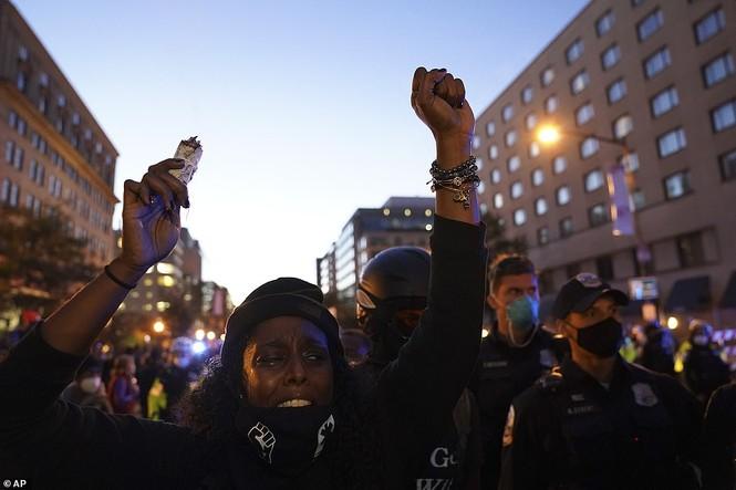 Người biểu tình bao vây Nhà Trắng phản đối ông Trump tái đắc cử - ảnh 3