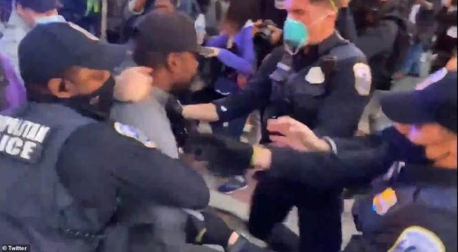 Người biểu tình bao vây Nhà Trắng phản đối ông Trump tái đắc cử - ảnh 7