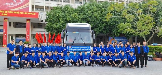 Sinh viên Nghệ An lên đường hỗ trợ Hà Tĩnh khắc phục hậu quả lũ lụt - ảnh 1