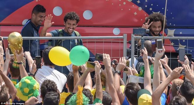Bóng hồng vẫy cờ không biết mỏi chào đón tuyển Brazil - ảnh 1
