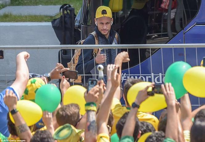 Bóng hồng vẫy cờ không biết mỏi chào đón tuyển Brazil - ảnh 2