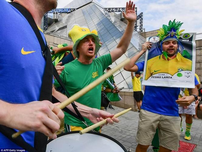 Bóng hồng vẫy cờ không biết mỏi chào đón tuyển Brazil - ảnh 7