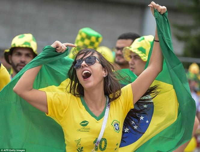 Bóng hồng vẫy cờ không biết mỏi chào đón tuyển Brazil - ảnh 5