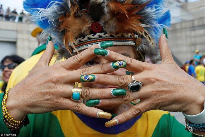 Bóng hồng vẫy cờ không biết mỏi chào đón tuyển Brazil - ảnh 8