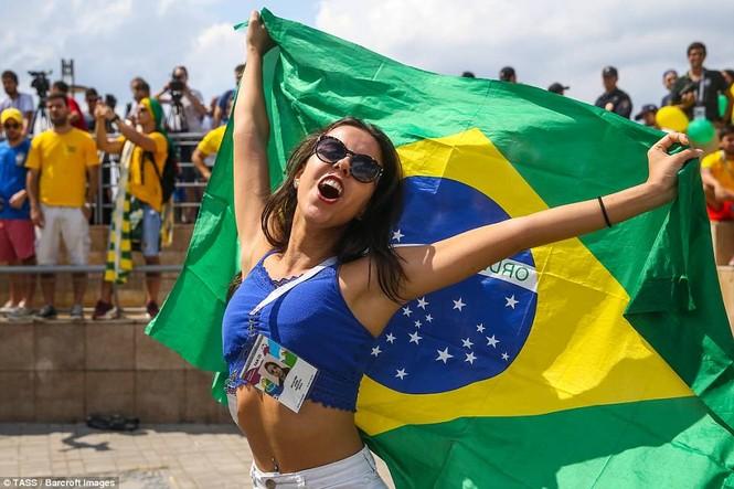 Bóng hồng vẫy cờ không biết mỏi chào đón tuyển Brazil - ảnh 6