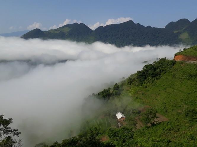 Phượt thủ mê mẩn vẻ đẹp mây phủ trên núi Cổng trời Quản Bạ - ảnh 1