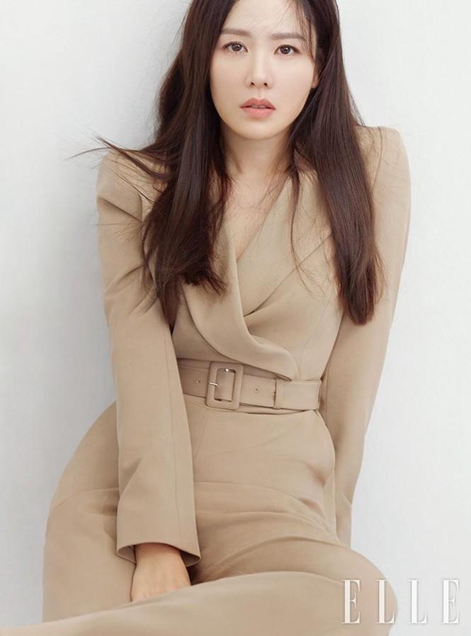 """Học ngay """"chị đẹp"""" Son Ye Jin cách dùng phụ kiện cho tóc xinh đẹp ấn tượng trong mùa Đông - ảnh 1"""