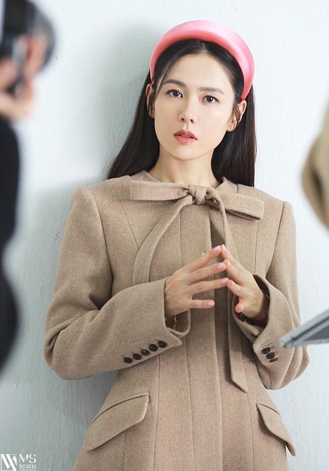 """Học ngay """"chị đẹp"""" Son Ye Jin cách dùng phụ kiện cho tóc xinh đẹp ấn tượng trong mùa Đông - ảnh 3"""