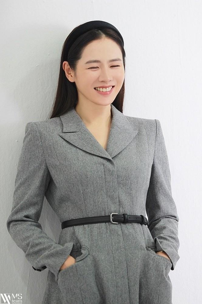 """Học ngay """"chị đẹp"""" Son Ye Jin cách dùng phụ kiện cho tóc xinh đẹp ấn tượng trong mùa Đông - ảnh 2"""