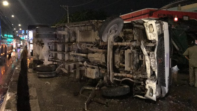 Xe tải lật đè xe máy trên quốc lộ, thanh niên thoát chết thần kỳ - ảnh 2