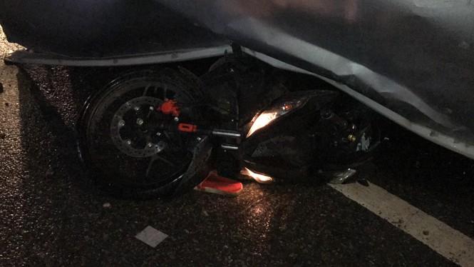 Xe tải lật đè xe máy trên quốc lộ, thanh niên thoát chết thần kỳ - ảnh 1