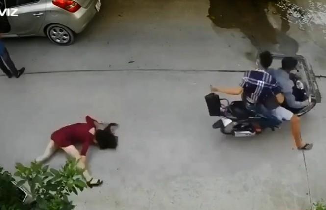 Người phụ nữ ngã đập mặt xuống đường vì bị giật túi xách - ảnh 1