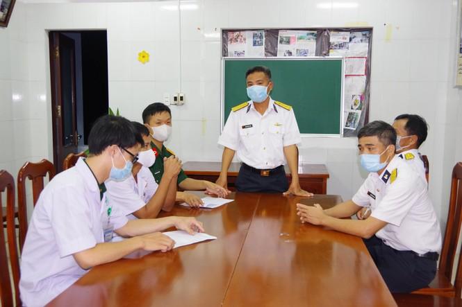Trực thăng quân đội bay xuyên đêm chuyển bệnh nhân từ Trường Sa về đất liền điều trị - ảnh 2