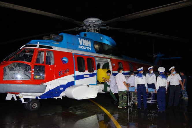 Trực thăng quân đội bay xuyên đêm chuyển bệnh nhân từ Trường Sa về đất liền điều trị - ảnh 1