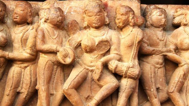 Đỏ mặt với ngôi đền ngàn tuổi chứa đầy tượng 'phòng the' - ảnh 7