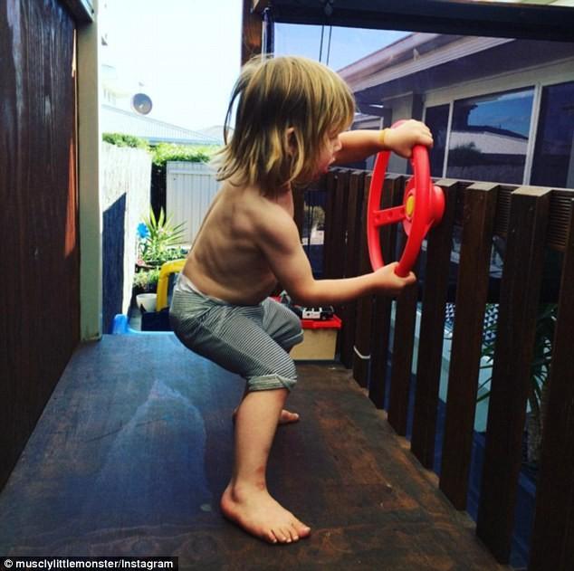 Choáng với bé 3 tuổi sở hữu cơ bụng sáu múi cuồn cuộn - ảnh 12