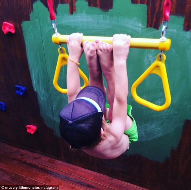 Choáng với bé 3 tuổi sở hữu cơ bụng sáu múi cuồn cuộn - ảnh 3