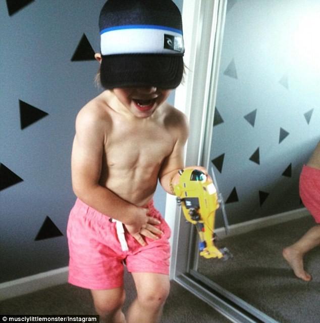 Choáng với bé 3 tuổi sở hữu cơ bụng sáu múi cuồn cuộn - ảnh 9