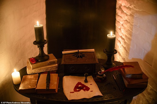 Lâu đài Dracula mở cửa cho khách vào ngủ trong quan tài - ảnh 7