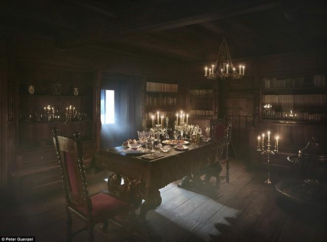Lâu đài Dracula mở cửa cho khách vào ngủ trong quan tài - ảnh 4