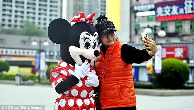 Mẹ chồng đóng vai chuột Minnie kiếm tiền chữa bệnh cho con dâu - ảnh 6