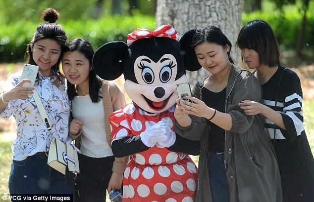 Mẹ chồng đóng vai chuột Minnie kiếm tiền chữa bệnh cho con dâu - ảnh 5